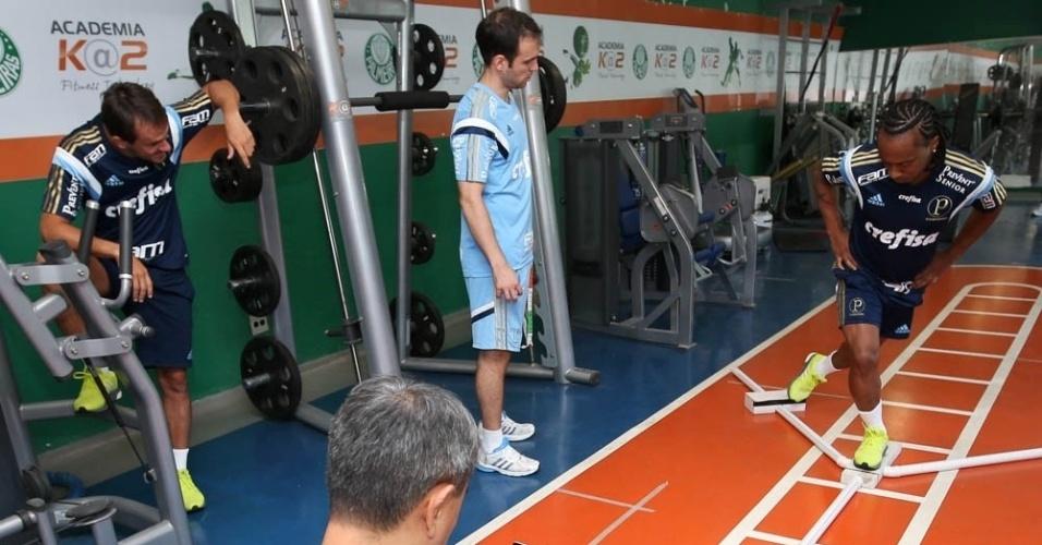 Arouca, observado pelo lateral Lucas, realiza trabalhos físicos na Academia de Futebol
