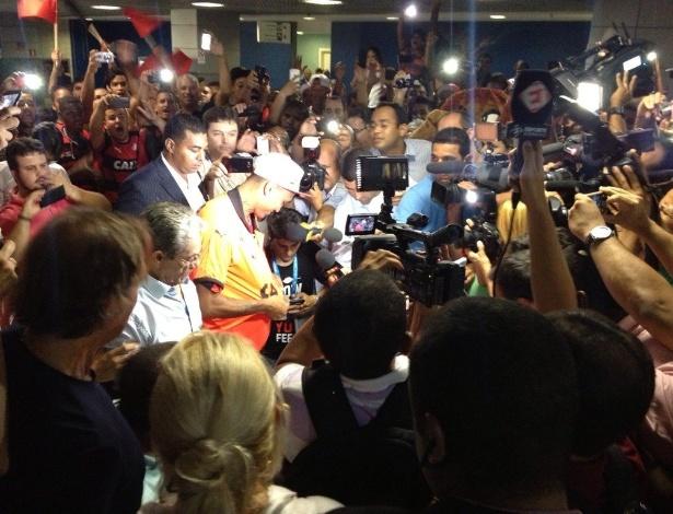 Novo reforço do Vitória, Kieza é recepcionado por multidão em aeroporto de Salvador - Divulgação/Vitória