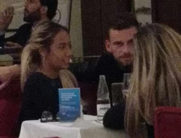Rafaella e Lucas Lima juntos num restaurante em Santos