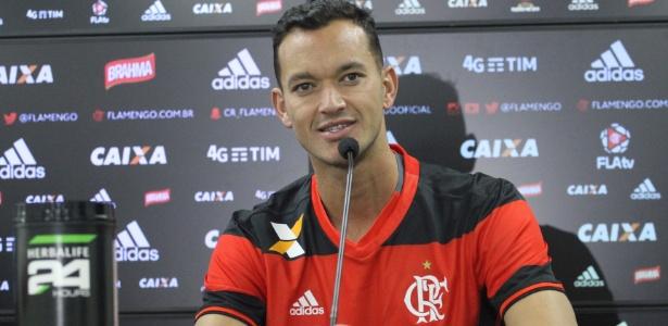 Réver está regularizado e fica no banco do Flamengo contra o Figueirense