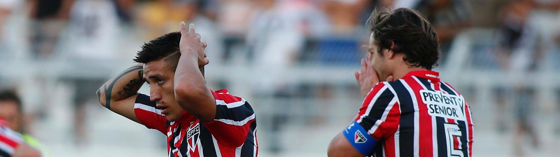 Centurión e Lugano se lamentam após gol da Ponte Preta contra o São Paulo pelo Campeonato Brasileiro
