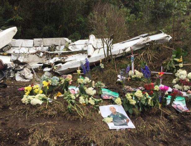 Colombianos colocaram cruz, flores e velas junto aos destroços do avião da Chapecoense