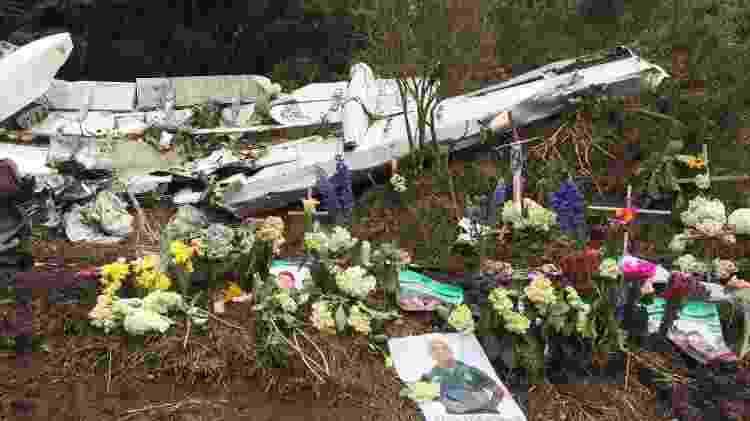 Colombianos colocaram cruz, flores e velas junto aos destroços do avião que levava a Chapecoense - Felipe Pereira - Felipe Pereira