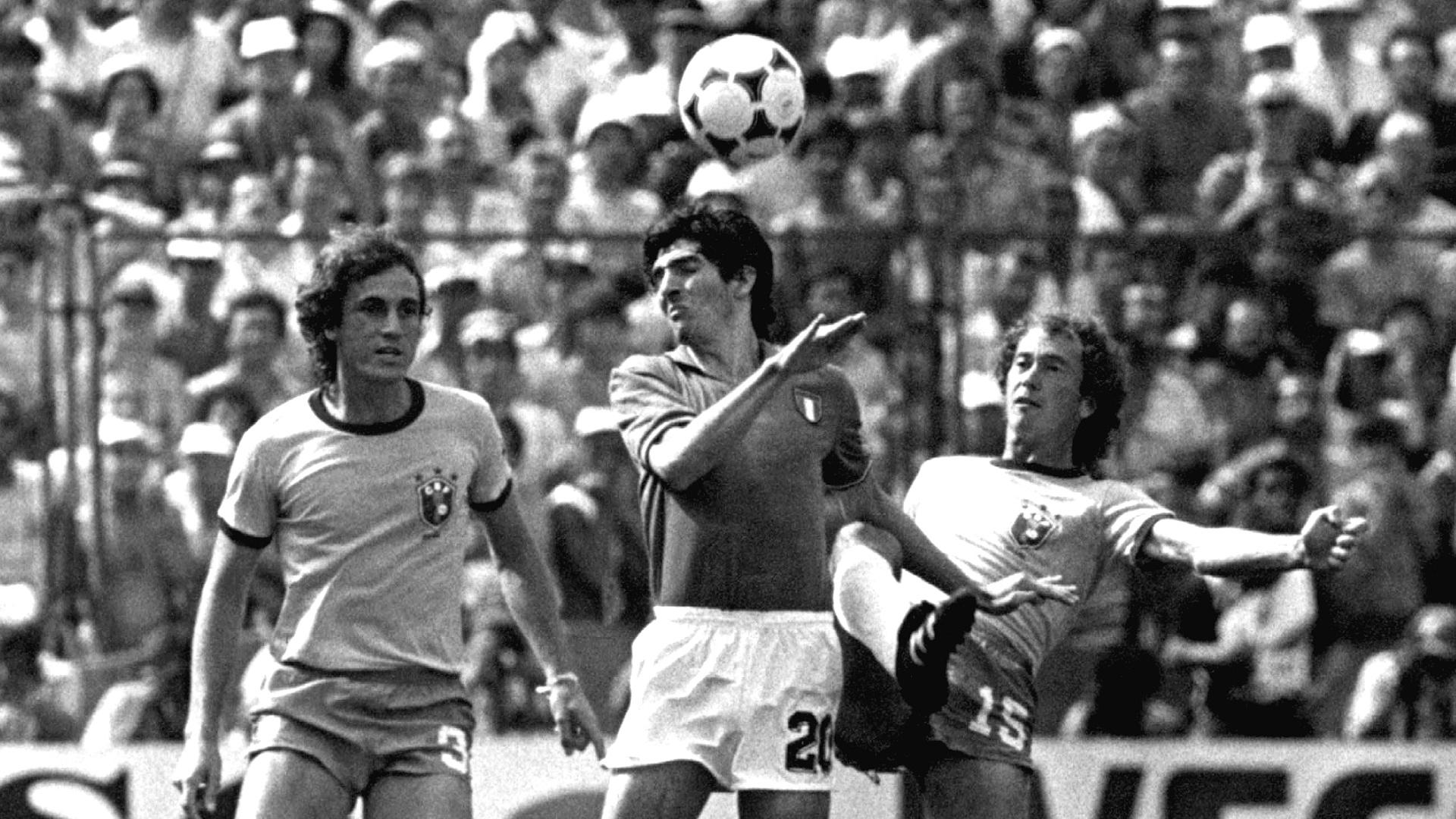 Paolo Rossi domina bola entre Oscar e Falcão no jogo em que a Itália eliminou a seleção brasileira da Copa do Mundo da Espanha em 1982. A Itália venceu o Brasil por 3x2, os três gols de Rossi