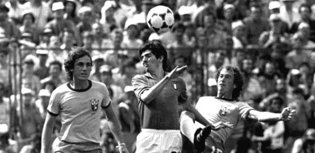 Paolo Rossi domina bola entre Oscar e Falcão no jogo em que Itália eliminou Brasil