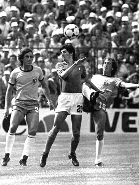 Paolo Rossi domina bola entre Oscar e Falcão no jogo em que a Itália eliminou a seleção brasileira da Copa do Mundo da Espanha em 1982. A Itália venceu o Brasil por 3x2, os três gols de Rossi - Jorge Araújo/Folhapress