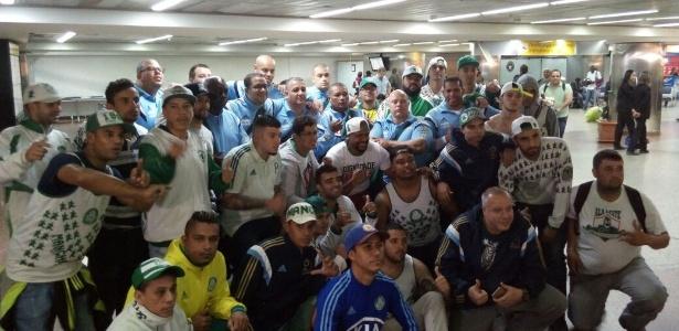 Seguranças do Palmeiras posam para foto com torcedores que foram ao aeroporto