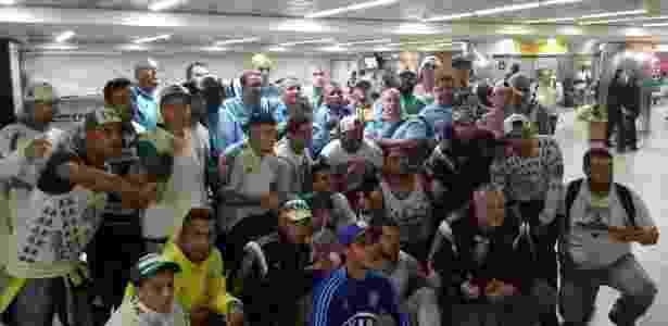 Seguranças do Palmeiras posam para foto com torcedores que foram ao aeroporto - José Edgar de Matos/UOL Esporte