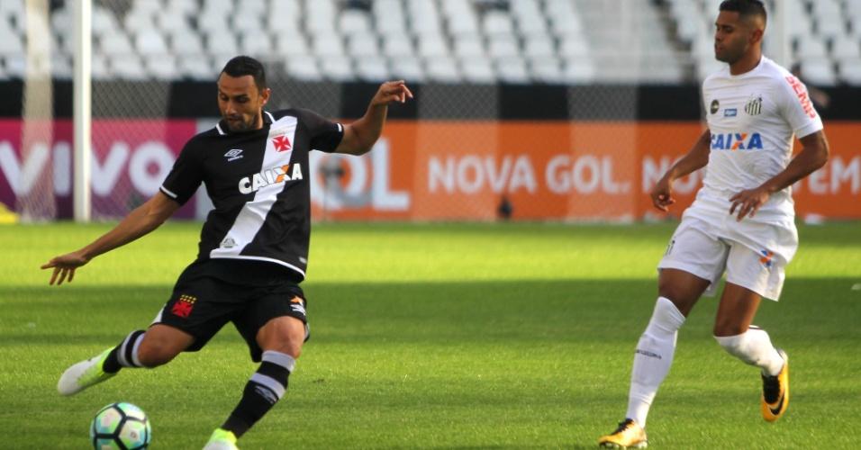 Rafael Marques afasta a bola de Kayke na partida entre Vasco e Santos pelo Campeonato Brasileiro 2017