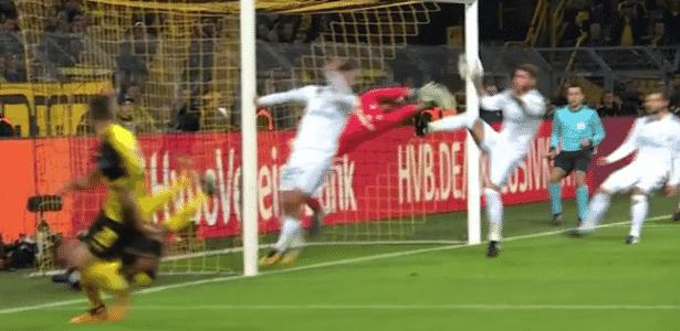 Sergio Ramos toca com a mão na bola dentro da área - Reprodução/Esporte Interativo - Reprodução/Esporte Interativo