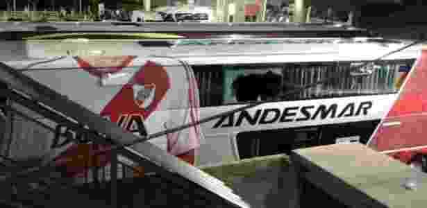Ônibus do River teve uma janela quebrada por uma pedra - Reprodução