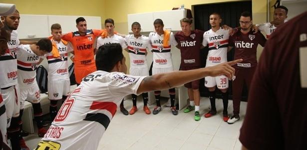 Petros orienta os companheiros antes do jogo contra o São Bento, no Paulista