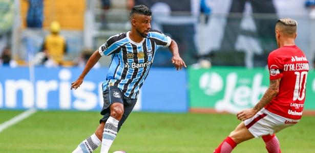 Léo Moura enfrenta a marcação de D'Alessandro no Gre-Nal pelo Campeonato Gaúcho