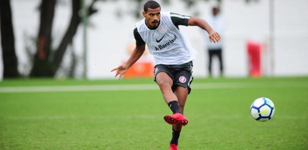 Gabriel Dias durante treinamento do Internacional. Jogador deve receber oportunidade