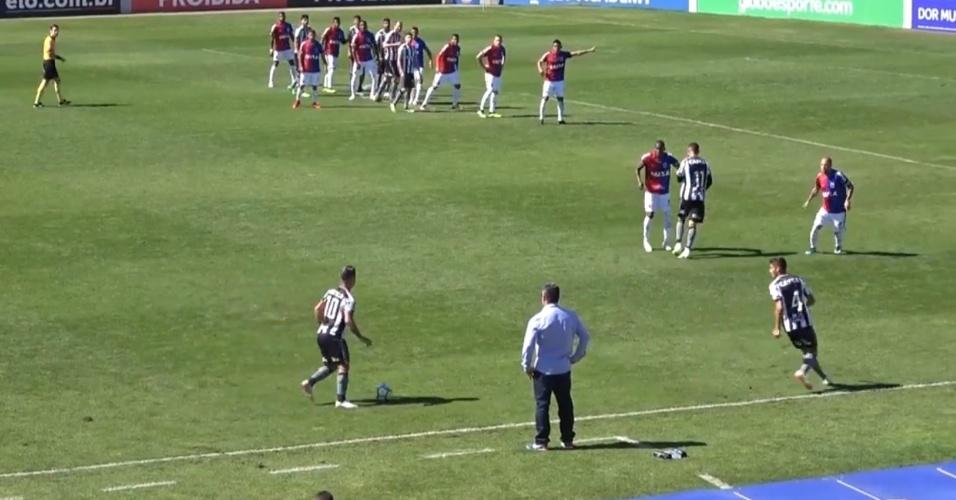 Jogadores do Botafogo se atrapalham em cobrança de falta