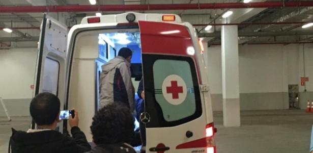 Barroso deixa estádio de ambulância após cotovelada - Dassler Marques/UOL