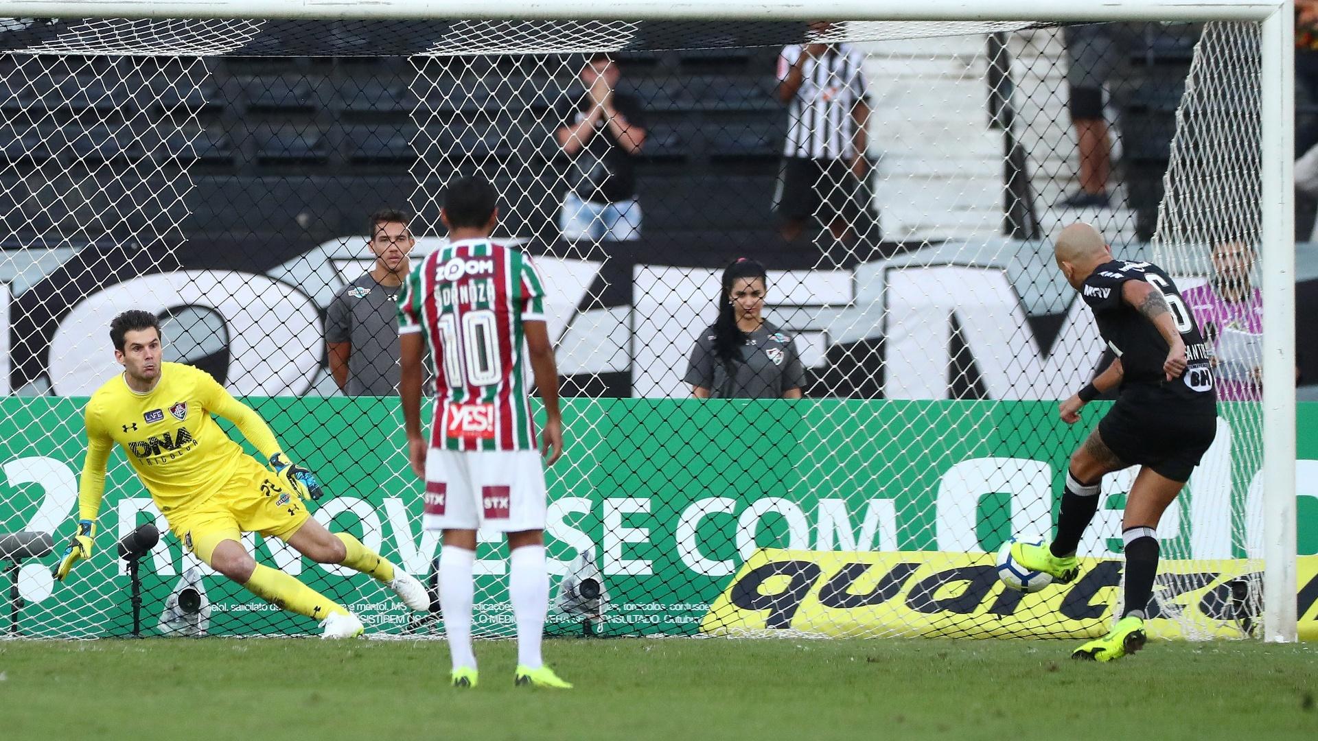 Fábio Santos desperdiça pênalti na partida entre Fluminense e Atlético-MG