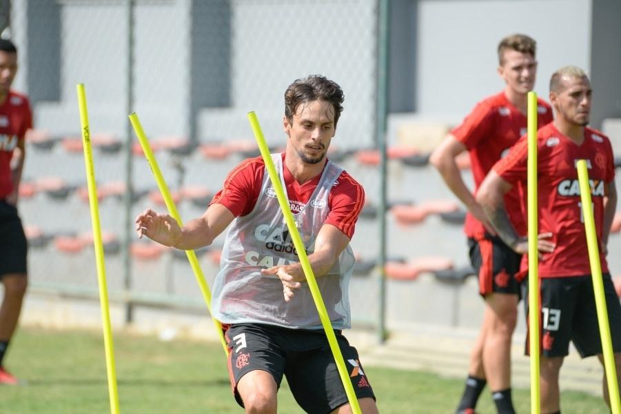 Rodrigo Caio em ação durante treinamento do Flamengo f1c2b2b854ebe