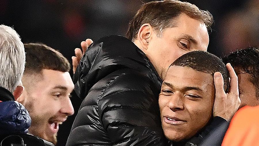 Thomas Tuchel comemora vitória do PSG sobre o Manchester United com afago em Kylian Mbappé - Franck Fife/AFP