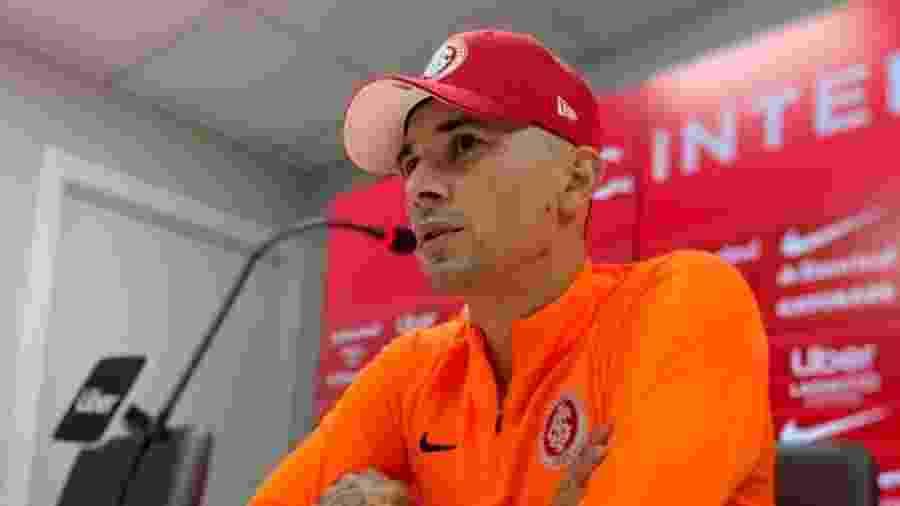 Victor Cuesta concede entrevista coletiva após treinamento do Inter - Txt Sports/Divulgação