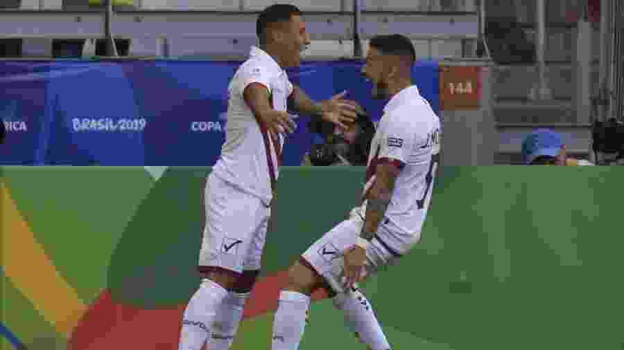 Machis comemora com Moreno depois de anotar o primeiro gol da Venezuela contra a Bolívia - Luis Acosta/AFP