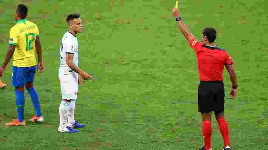 Lautaro Martinez recebe cartão amarelo no jogo Brasil x Argentina - REUTERS/Pilar Olivares