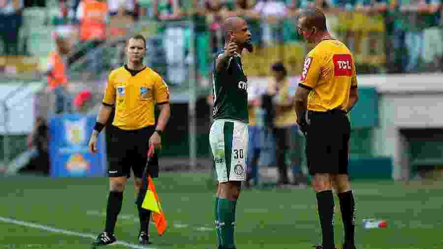 Felipe Melo conversa com o quarto árbitro após ser expulso na partida entre Palmeiras e Bahia pelo Brasileirão - Daniel Vorley/AGIF