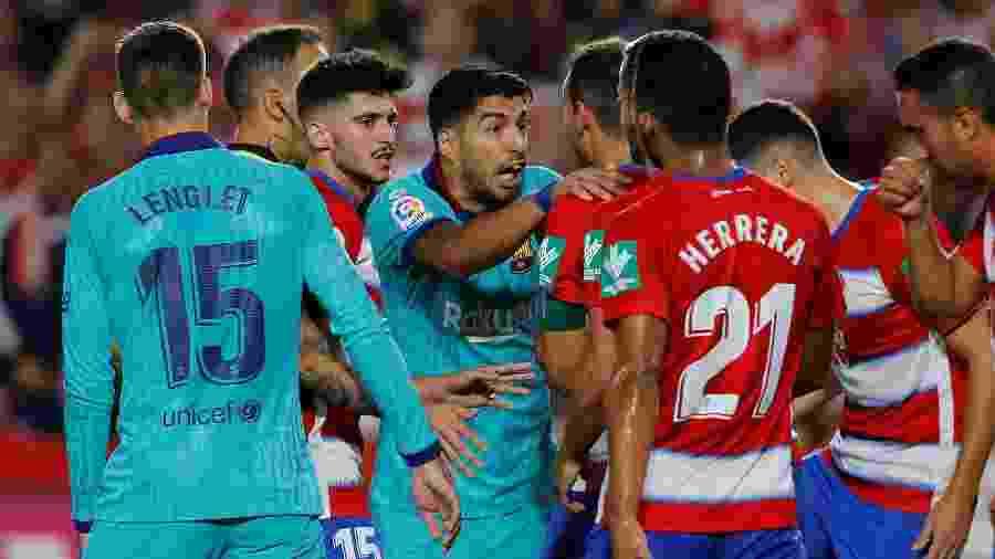 Atacante do Barcelona, Luis Suarez discute com jogadores do Granada - Marcelo Del Pozo/Reuters