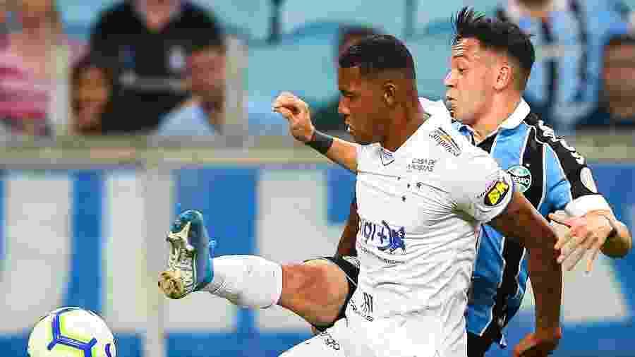 David, do Cruzeiro, disputa bola com Pepê, do Grêmio; time mineiro joga pela permanência na elita - Pedro H. Tesch/AGIF