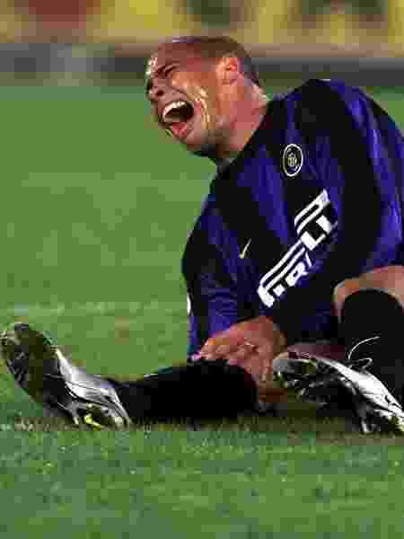 Ronaldo sentado no campo do estádio Olímpico, em Roma Itália, durante partida entre Inter e Lazio, após sofrer nova lesão no joelho direito - Filippo Monteforte/Reuters - Filippo Monteforte/Reuters