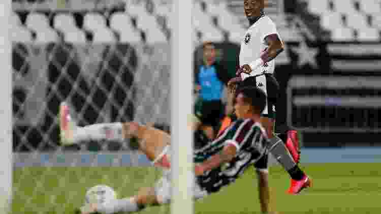 Calegari, do Fluminense, salva o que seria gol do lateral-esquerdo Guilherme, do Botafogo - Vitor Silva/Botafogo - Vitor Silva/Botafogo