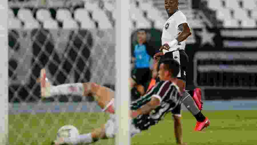 Calegari, do Fluminense, salva o que seria gol do lateral-esquerdo Guilherme, do Botafogo - Vitor Silva/Botafogo