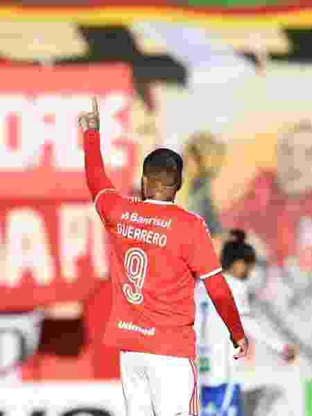 Paolo Guerrero e Thiago Galhardo comemoram gol do Internacional contra o Esportivo pelo campeonato Gaucho - Fernando Alves/AGIF