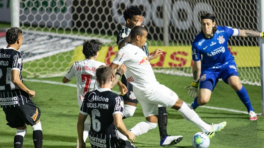 Alerrandro, do Bragantino, tenta conclusão na área do Corinthians, em jogo do 1º turno do Brasileiro - Diogo Reis/AGIF