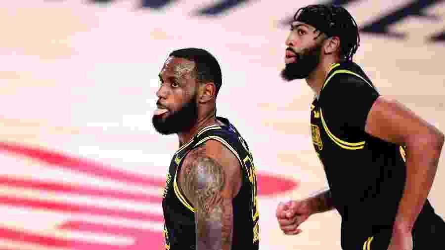 LeBron James e Anthony Davis, do Los Angeles Lakers, em jogo 2 da final da NBA - Douglas P. DeFelice/Getty Images