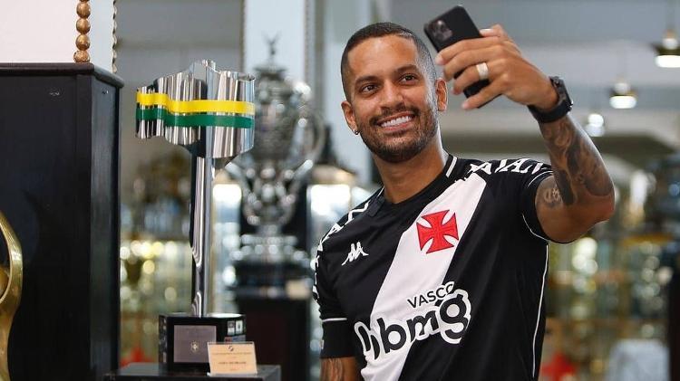 Romulo tira foto com o troféu da Copa do Brasil que conquistou pelo Vasco da Gama em 2011 - Rafael Ribeiro/Vasco - Rafael Ribeiro/Vasco
