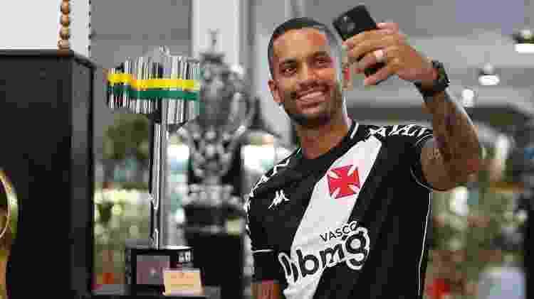 Romulo tira foto com o troféu da Copa do Brasil que conquistou pelo Vasco da Gama em 2011 - Rafael Ribeiro / Vasco - Rafael Ribeiro / Vasco