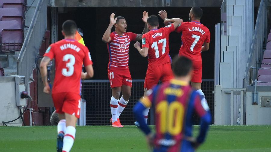 Jogadores do Granada comemoram gol sobre o Barcelona pelo Espanhol - LLUIS GENE / AFP