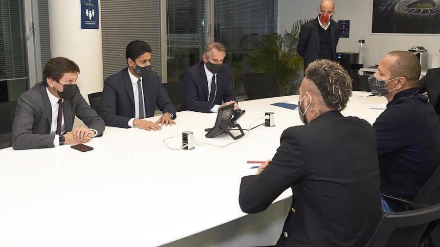 Neymar assina contrato com PSG, acompanhado por seu pai, Leonardo e o presidente do clube, Nasser Al-Khelaïfi - Divulgação/PSG
