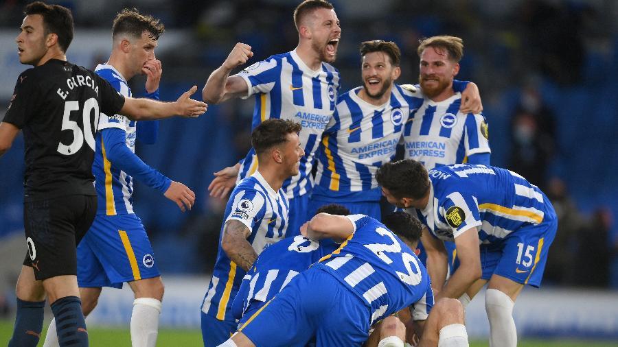 Jogadores do Brighton comemoram gol contra o campeão Manchester City - MIKE HEWITT/AFP