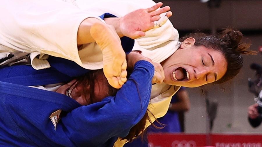 Brasileira Mayra Aguiar em ação contra a holandesa Guusje Steenhuis - Sergio Perez/Reuters
