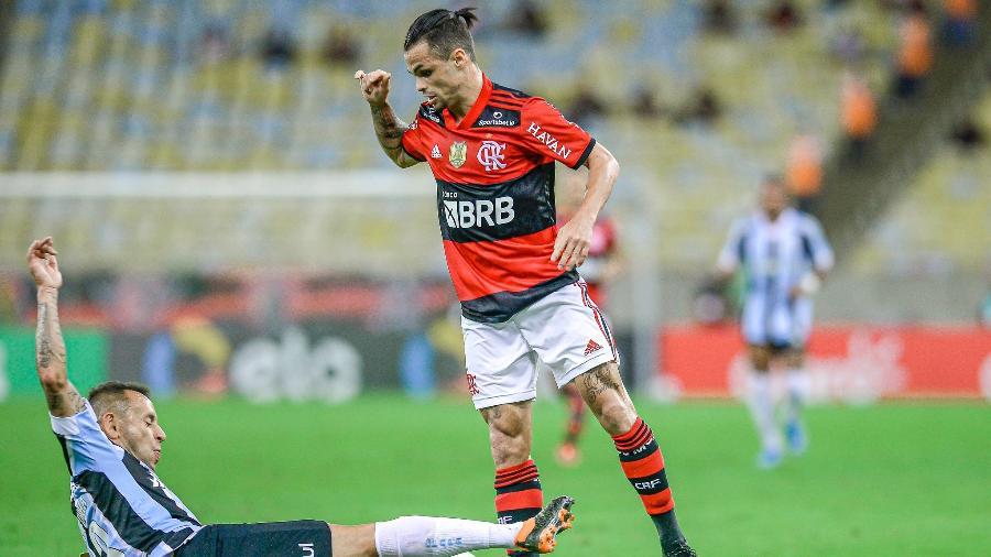 Michael tenta driblar Rafinha, em partido entre Flamengo e Grêmio - Marcelo Cortes/CRF