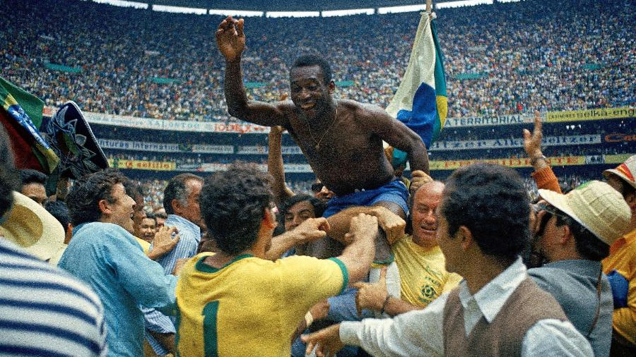 Pelé é carregado nos braços após a conquista da Copa do Mundo de 1970 - Alessandro Sabattini/Getty Images