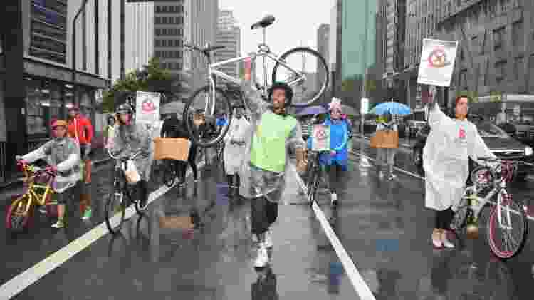 17mar2013 - Ciclistas fazem manifestação na avenida Paulista após David Santos Sousa ter sido atropelado - J. Duran Machfee/Futura Press - J. Duran Machfee/Futura Press