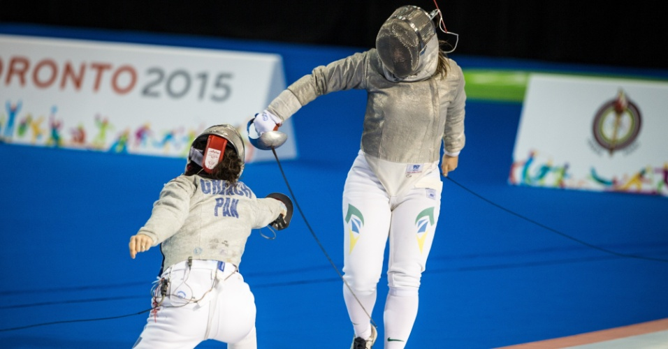Giulia Gasparin tenta atacar Eileen Grench, do Panamá, na disputa da esgrima. Brasileira foi derrotada por 15 a 4