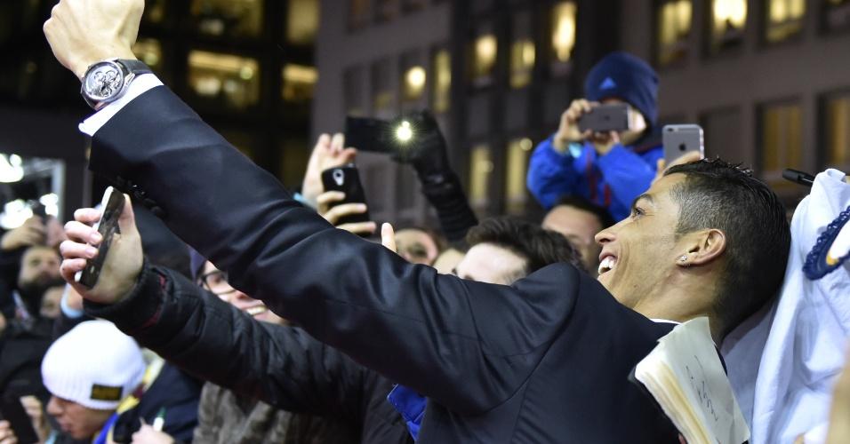 Cristiano Ronaldo posa para selfie com fãs na chegada da entrega da Bola de Ouro