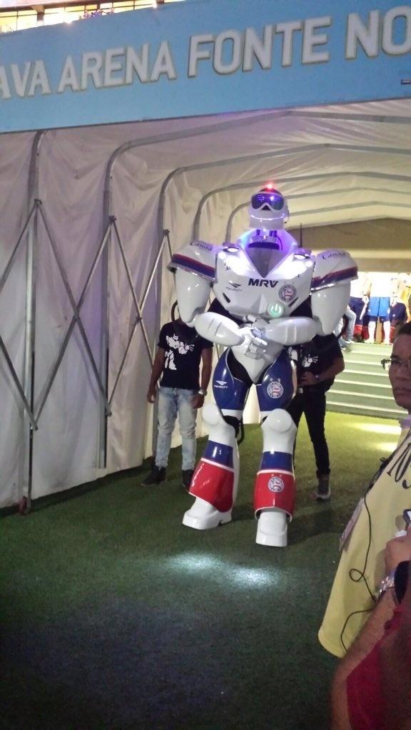 Mascote do Bahia se prepara para entrar no estádio antes do amistoso com o Santos