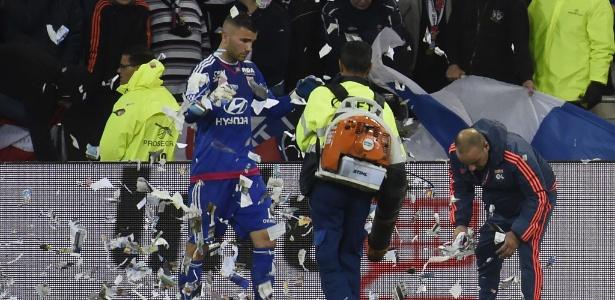 Anthony Lopes ajuda a tirar papéis do grama durante Lyon x Nice