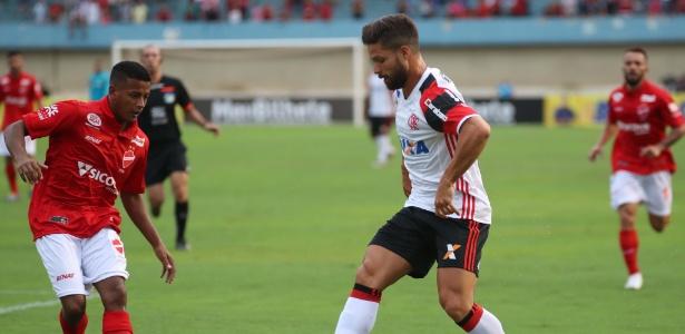 O meia Diego tenta levar o Flamengo ao ataque no amistoso contra o Vila Nova