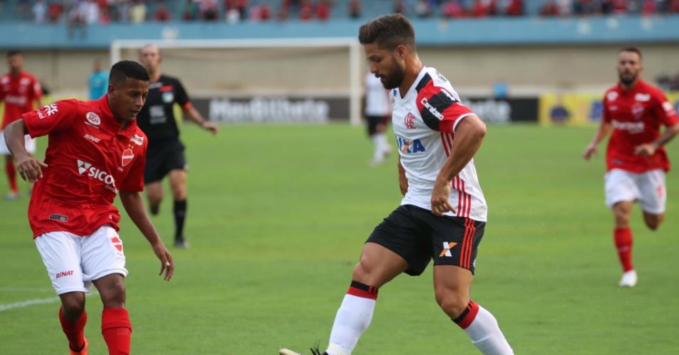 Diego tenta levar o Flamengo ao ataque no primeiro tempo do amistoso contra o Vila Nova